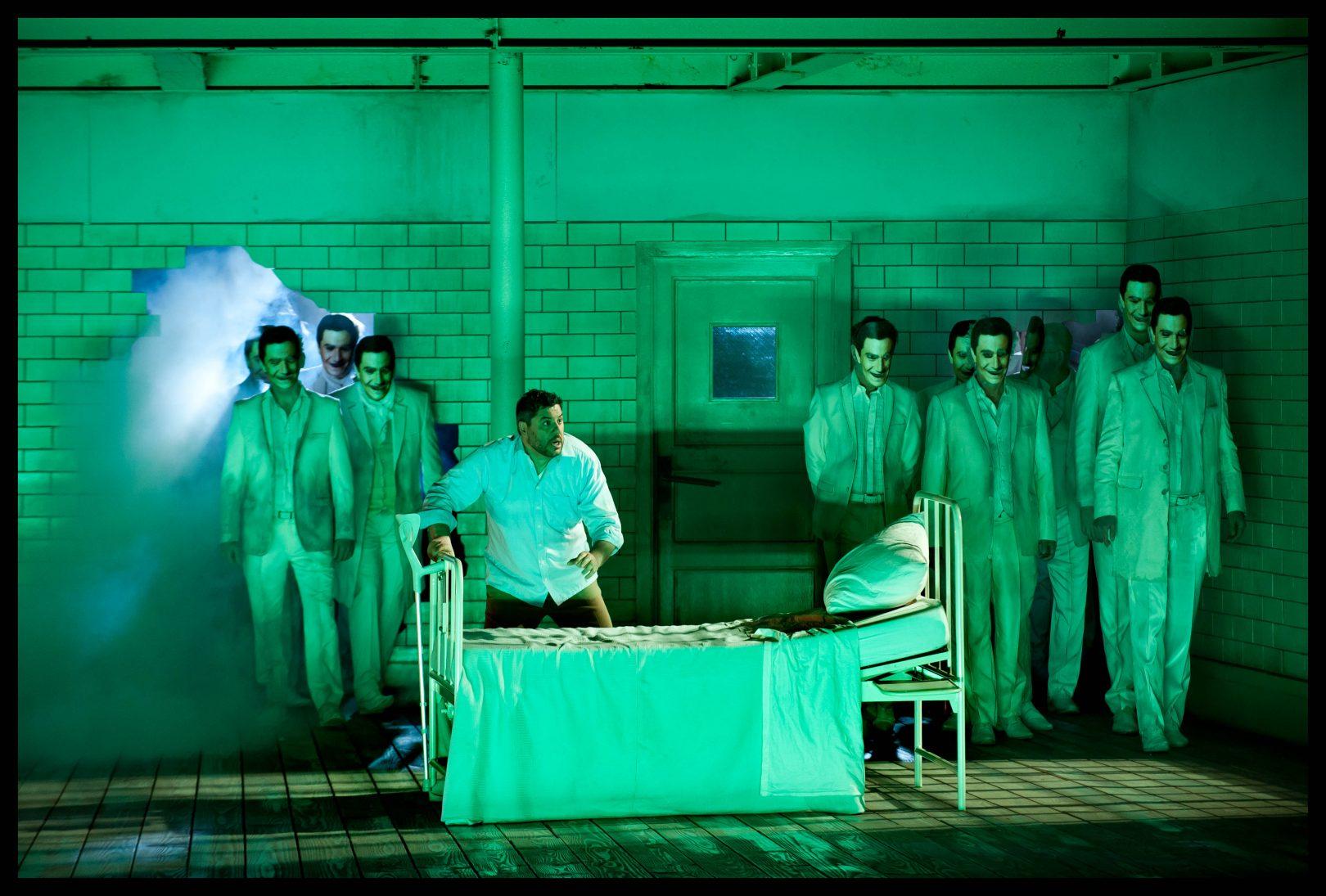 Luca Salsi (Rigoletto) & Koor van de Nationale Opera