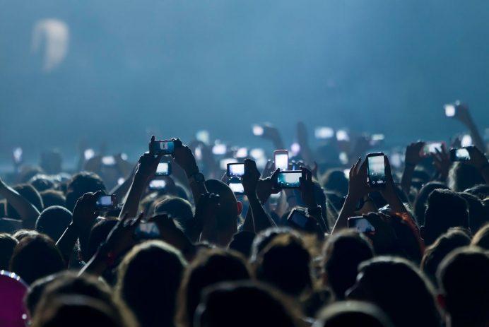Phones-in-crowd